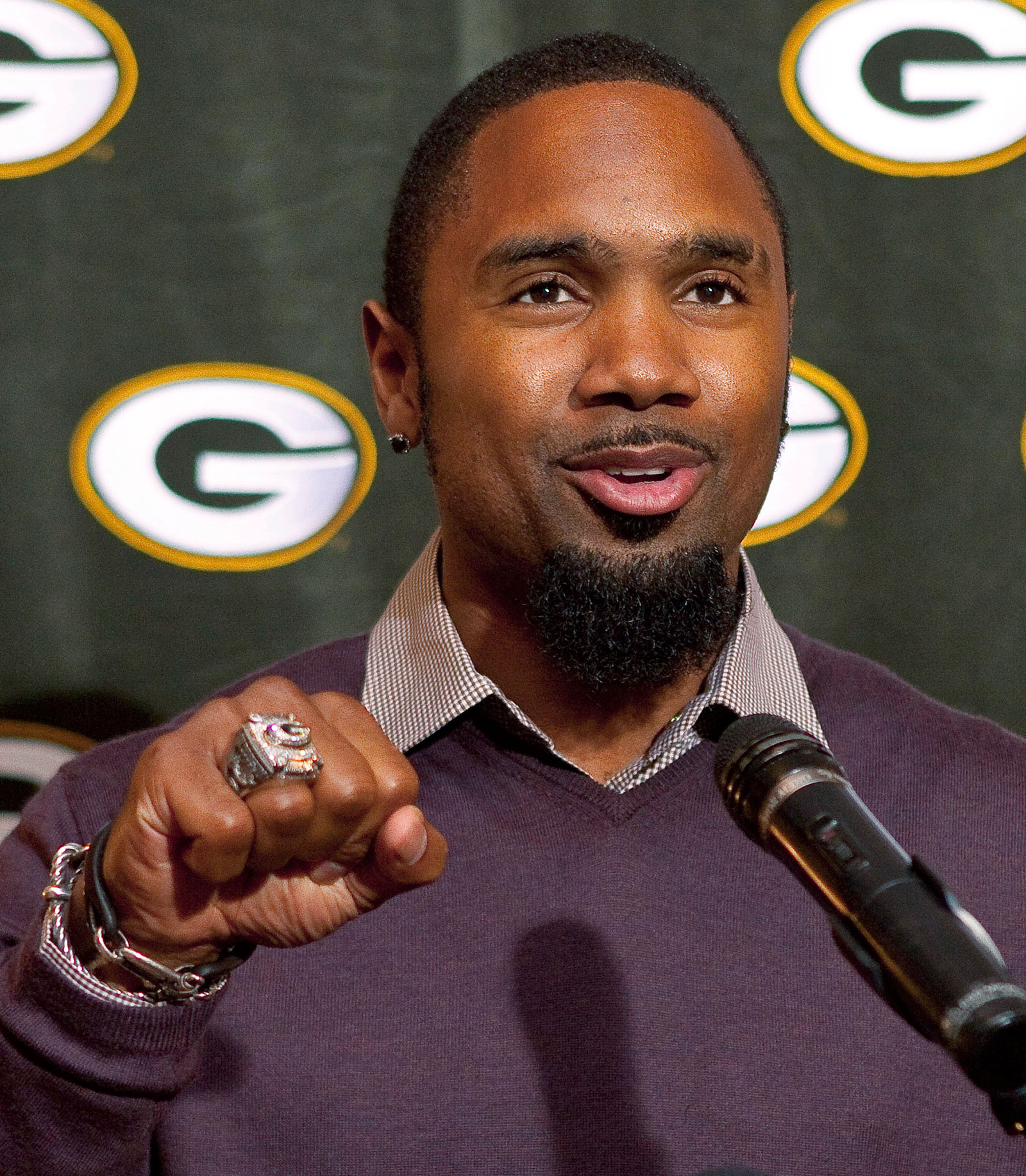 Green-Bay-Packers-Charles-Woodson-shows-off-his-Super-Bowl-ring